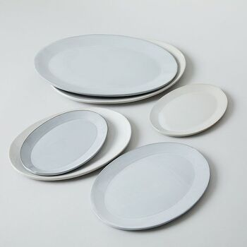 タタラづくりという技法で、職人さんたちの手で1点ずつ丁寧に作られた器。柔らかな曲線が美しいオーバル皿は普段の食卓にすっと馴染んでくれそう。白とグレーの2色展開。どちらも料理が映えるナチュラルな表情が素敵です。