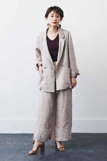 しっかりめのジャケットもリネン生地を使用したものであれば、さらりと着こなせます。カジュアル感も残しつつ、しっかり感も出したい方にはリネン生地のジャケットがおすすめです。