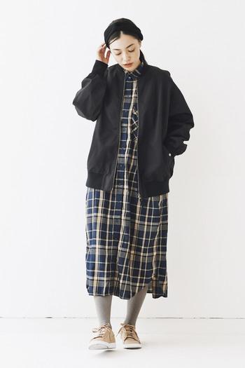 ショート丈のアウターも、おしりが隠れるサイズのあればパンツスタイルだけでなく、スカートにも合わせられます。どんなスタイルにも合わせやすいので、コーディネートの幅が広がります♪