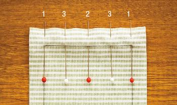 布がずれないように待ち針を打つときは、1、2、3の順番で、両端、中央、その間と打っていきます。  「パッチワーク」は小さいピースを合わせていくものなので、待ち針も細かめに打つのが基本。端がずれないように、気を付けて縫い合わせましょう。