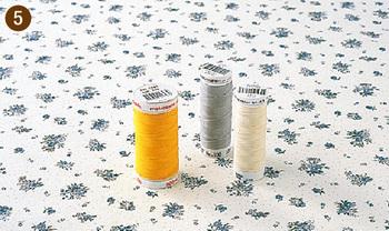 「パッチワーク」では縫い代を片倒しにすることが多いので、細めのしなやかな糸をよく使います。  50番~60番の糸で、ポリエステル100%のものを選ぶといいでしょう。