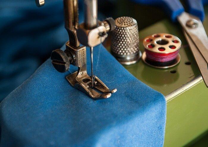 ミシン縫いの「パッチワーク」では、もちろんミシンが必要。ミシンは、布に合わせて針を変えますが、基本的には標準装備されている11番程度のミシン針で大丈夫です。11番のミシン針を使う場合は、ミシン糸は60番~90番を使います。  それぞれのミシンにはメーカー推奨の糸と針があるので、それに従うのがおすすめです。