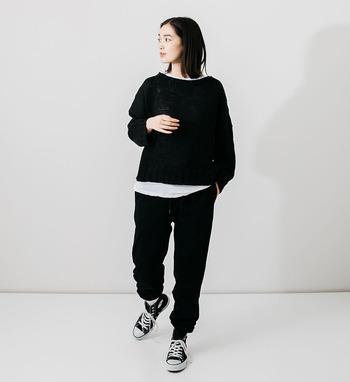 ブラック×ブラックのコーディネートには、インナーシャツでこなれ感をプラス。スポーティーなだけの印象にならず、おしゃれで大人な雰囲気が出ます。