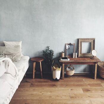 味わいのある無垢のフローリングに、淡いグレーのアクセント壁紙、古道具屋さんで買い揃えられた存在感のあるビンテージインテリア。すべてが調和したリラックス度の高いお部屋です。