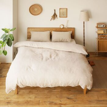 おしゃれなお部屋のベッドを彩るベッドリネン、多いのは淡いベージュや生成り。風合いの良いリネン素材は、他のインテリアを引き立ててくれます。 とくに木製品やかごなどナチュラル素材との相性は抜群。  洗うほどにしなやかに育ってくれるリネンは、高価ですが長く愛用できるのでおすすめ。