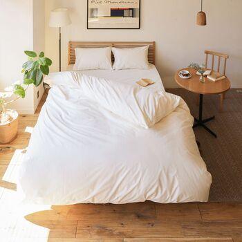 真っ白なベッドリネンはそれだけで清潔感と爽やかさをもたらしてくれます。お部屋を広く感じさせてくれる視覚効果も◎ 汚れが目立ちやすいため頻繁に洗える、丈夫な素材を選びたいですね。 高密度に編まれた厚手のコットンや、洗濯に強いリネンがおすすめです。