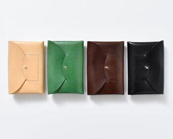 「irose」のRICRACシリーズのカードケースは、たっぷりとオイルを含んだテンペスティー社のベジタブルタンニンのカウレザーを使用。特徴的な深みと艶は使い込むほどに増し、経年変化を楽しめます。