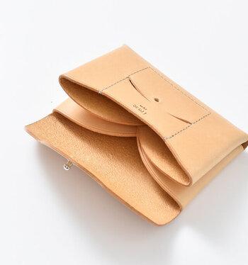 小さなボタンをはずしフラップを開けると、ポケットが2つ。上部を丸くカッティングすることで、カードが見つけやすく取り出しやすい工夫も。名刺を渡す用と受け取った用をきちんと分けられるのがいいですね。