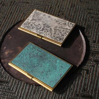 「PICUS」のBRASS CARD CASE+と、銅器着色を得意とする「momentum factory Orii」のコラボレーションから生まれたカードケース。真鍮と銅板を人為的に発色させた着色板が重ねられたアンティークのような雰囲気で、アクセサリー感覚で持てます。