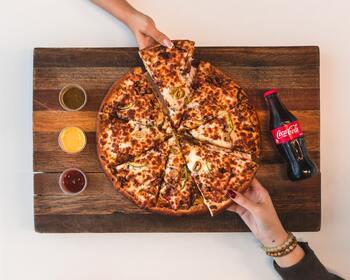 蜂蜜はチーズとの相性もいいです。アメリカのピザ屋さんでは、常時テーブルに蜂蜜を置いているお店もあるくらい♪ピザにタバスコをかける代わりに、ホットハニーをかけてみてはいかがでしょうか?