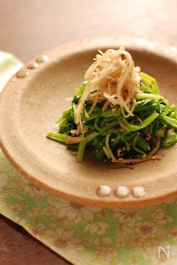 お鍋の具材や七草としても使われているセリ。サッと湯がけば、お浸しなどの副菜にもピッタリの食材です。鶏ガラを使って中華風のナムル仕立ても美味しいですよ。