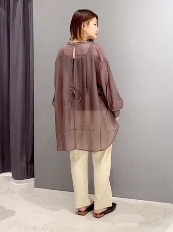 透け感は強めですが、ブラウンなら大人っぽく。パンツスタイルでラフに着こなすことで、落ち着いた雰囲気になりますね。バックスタイルも可愛いです。