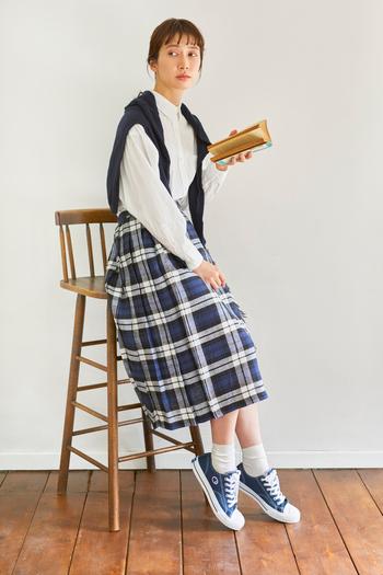 トラッドなキルトスカートなど、ほんのり上品なスタイリングとも相性よく決まります。きちんとしたコーデにネイビーのスニーカーで外すなど、遊びを利かせたおしゃれも楽しめそう。