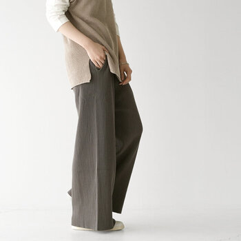 ストンと落ち感がきれいなニットリブパンツ。ワイドシルエットなので、体型を拾わず、心身共にリラックスして着こなすことができます。オーバーシャツやIラインワンピを重ねて、縦長を強調するとスタイルがよく見えるのでおすすめです。