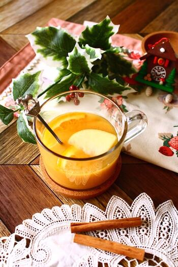 シナモンやジンジャーなどのスパイスをふって、ピリッとしたアクセントのあるフルーツティーに。華やかで体もポカポカと温まるため、寒いクリスマスシーズンに楽しんでも◎ オレンジやパイナップルなどの甘味が強いフルーツを選べば、お砂糖なしで自然な甘さに仕上がります。