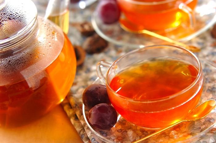 ブドウを贅沢にマッシャーで潰して紅茶と合わせたこちらのレシピ。香り甘味もしっかりと残すには、皮ごと細かく潰すのがポイントです。種は苦味の原因になってしまうので、茶腰でしっかり取り除いてくださいね。