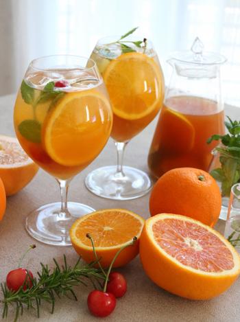 グラスにお好みのフルーツ、ティーバッグ、水を入れて一晩おくだけで簡単飲みやすいフルーツティーの完成! トロピカルなオレンジやパパイヤの色味が夏にもぴったりです。そのまま飲むのはもちろん、微炭酸で割っても美味しくいただけますよ。
