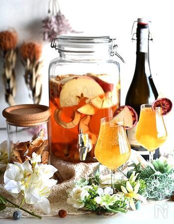 紅茶だけでなく、スッキリとした飲み口の烏龍茶でも美味しいフルーツティーを作れます。こちらは生のりんごと数種類のドライフルーツを贅沢に使ったレシピ。 スパークリングワイン、炭酸、ジュースなどお好みのドリンクと割ることで、幅広いアレンジが楽しめますよ。