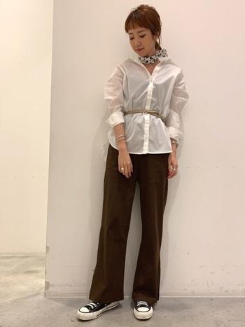 ベルトやスカーフなど、エレガントな小物をプラスすれば、オーバーサイズシャツは仕事着としても◎ 袖を少しまくって手首を見せれば、すっきりと着こなせます。