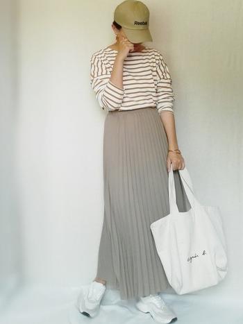 ボーダーロングTシャツもオーバーサイズが人気。ベージュのボーダーはプリーツスカートとの相性も抜群です。女性らしく着こなして◎