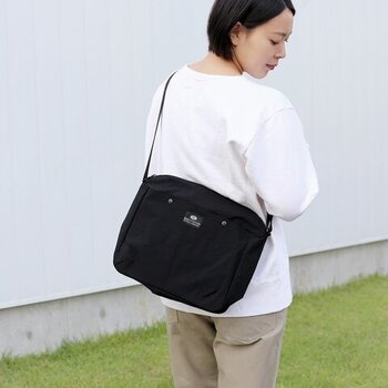 パソコンが入る大きめサイズでしっかりした作りのバッグなら、身体に負担をかけにくく、周辺機器も含めてパソコンを気軽に持ち歩くことができます。ぜひ、お気に入りのショルダーバッグやPCケースを使って、大切なパソコンを守りながら身軽に持ち運んでみませんか。