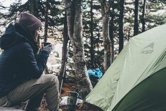 環境が整っていないキャンプや登山などのアウトドアシーンでも、頼りになるのが紙石鹸です。水道や水があれば、手を清潔にすることができるので紙石鹸が役立ってくれます。