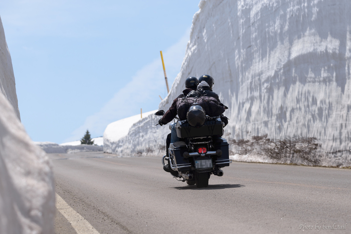 蔵王と言えば、山頂にぽっかりと穴のようになった「お釜」が有名ですよね。その蔵王のお釜にアクセスするための道路が、「蔵王エコーライン」「蔵王ハイライン」です。蔵王ハイラインは、お釜にアクセスするために蔵王エコーラインから分岐している道で、必ず通りますよ。高いところだと10mも超える雪の壁は、迫力満点です。