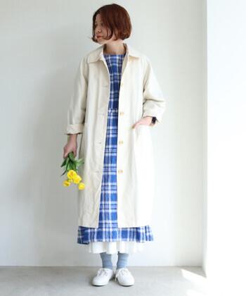 パリッとしたカジュアルな雰囲気のツイル生地を使用したステンカラーコート。 ばさっと羽織って、散歩に出かけたくなるようなコートです。