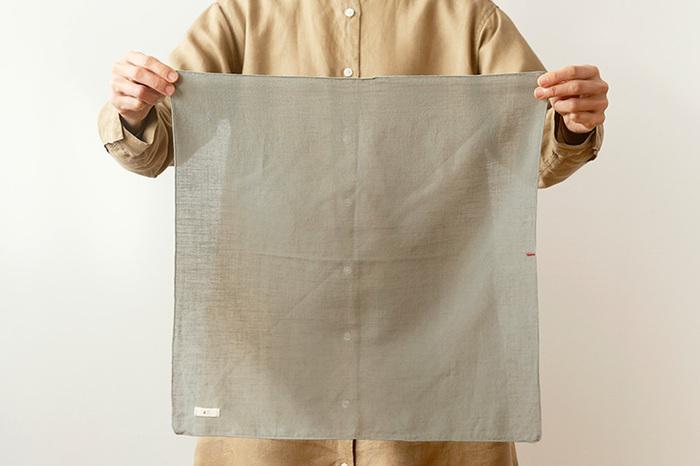 生地を広げると、透けるほど薄いのがよく分かります。薄手のハンカチは、バッグの中でもかさばらず、ズボンのポケットにも入れやすい!