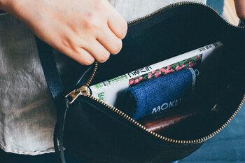 縦横28cmのハンカチは、持ち運びにちょうど良いコンパクトさ。バッグの中でも場所を取りません。