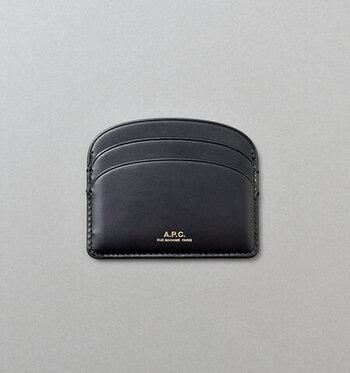 カーフレザーを使用した「A.P.C」のカードホルダーは、全部で5つのポケットがあり、薄型でかさばりません。