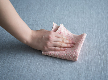 明治初期に発明された「ガラ紡」で紡がれた糸が、独特の色合いを生み出しています。吸水性、吸油性に優れているので、手拭き以外に台拭きとしても活躍しますよ。擦り切れてきたら雑巾にも!