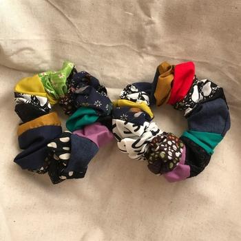 アンティークの生地にレース素材などを混ぜた異素材パッチワーク・シュシュです。  シックな色味がお洒落な、大人っぽさのあるシュシュですね。異素材をパッチワークにするときは、布の伸縮率が近い素材で合わせると、きれいに縫い合わせられます。  シュシュは、出来上がりがくしゅくしゅっとして、縫い目の粗さが分かりづらくなるので、初心者さんが挑戦しやすいアイテムなんですよ。
