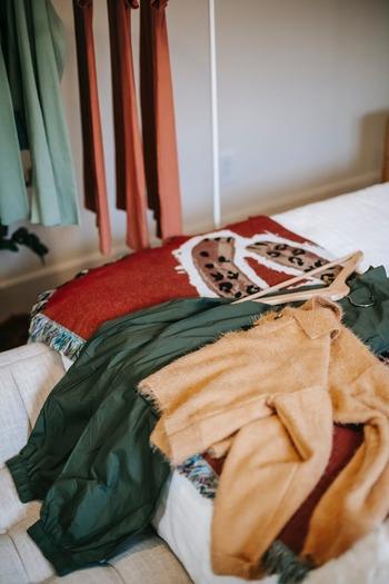 【パジャマとして着る場合】 いらない服の素材・着心地が、睡眠時の体に適していないことも。  【部屋着として着る場合】 お気に入りではない「いらない服」を着ているからこそ、立ち居振る舞いが雑になったり、家事のモチベーションも下がりやすくなったりと、メンタルに良くない影響が出やすい。