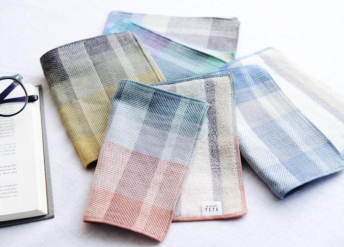 ズボンのポケットへの入れやすさを追求したハンカチです。生地にもこだわっており、表はシワになりにくいツイル生地、裏は肌触りの良いパイル生地でできています。色のグラデーションも美しいですね!