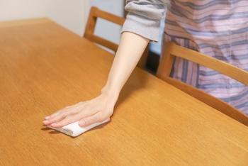 タオル地以外の布はほとんど吸水性が悪く、きれいに拭き取れない。何回も拭くことがプチストレスに。  100均のスポンジワイプなど、吸⽔⼒があり乾きやすいアイテムを取り⼊れるほうが、快適に拭き取れる!  *いらない古布は、ホコリ除けのカバーや、布はたきを作って使ったほうが、有効活用できそうです。