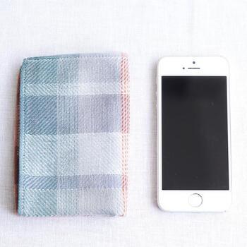 25cm×17cmのハンカチを畳むと、スマホとほぼ同じサイズに。バッグを持たず身軽に出かけたい時や、普段小さめのバッグを使っている方にもおすすめです。