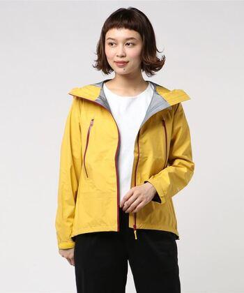 こちらは軽さと強さを併せ持った防水ジャケット。防寒着としても◎大人っぽくシンプルなデザインなので、幅広いコーディネートを楽しむことができそうです。