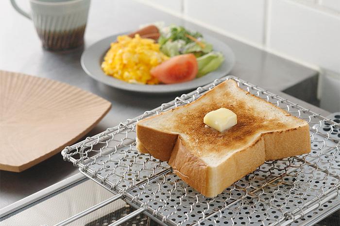 朝⾷はパンを⾷べるから、オーブントースターは必需品。でも、1⽇3分しか使わないのに場所を取ったり、掃除が面倒なのがプチストレスに。  家にある「焼き網」や「卵焼き器(フライパン)」、「⿂焼きグリル」でも、コツを掴めば上手にパンを焼ける!