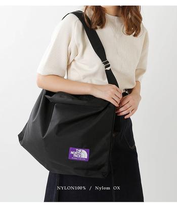 ファスナーの開閉口が大きいので、荷物の出し入れがしやすいのも嬉しいポイント。軽量で肩への負担も軽減できるショルダーバッグは日常使いにおすすめです。