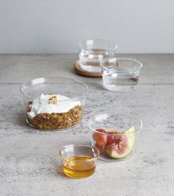 忙しい朝にさっと食べることも多いヨーグルトやフルーツ。ガラスの器に入れると、ヨーグルトの白さや、フルーツの色が映えてとてもきれいにみえるんです。グラノーラなどと一緒に盛りつけると、層になった部分が見えて◎。器を変えるだけで、ちょっと特別に感じるから不思議ですね。