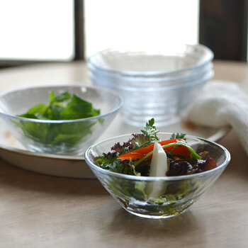 彩りがきれいなサラダは、ガラスの器に入れるとさらに鮮やかな印象に。みずみずしくフレッシュに見えるので、いつものサラダが更に美味しそうにも見えますね。もちろん、ポテトサラダなどにも◎。