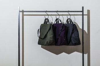 日々の暮らしをより楽しく、快適にするための「道具」となるものを提案するTOOLS(ツールズ)のショルダーバッグ。アウトドア用のレインウェアにも使われる撥水性や防水性の高いブリザテックナイロン製で、バッグ内部の湿気を外に出すことができる機能も。