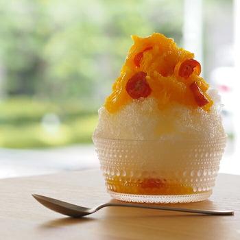 夏にはぜひ、かき氷を。ガラスの器に入れることで、かき氷が一層爽やかに。シロップなどの色も映えてとってもきれいですよ。
