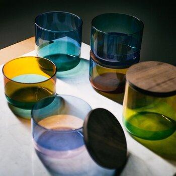 透き通る透明なガラスとは違い、光のよって見え方が変わるのが色の付いたガラスの魅力。天然木のもとってもおしゃれで、器や保存容器としてはもちろん、使っていない時には飾って置いても素敵ですね。