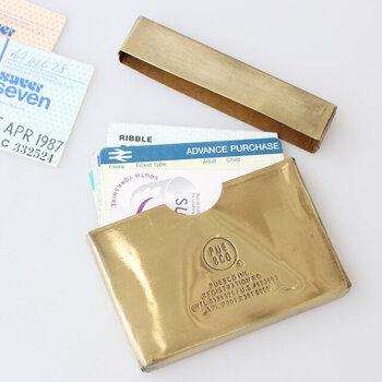 真鍮の風合いを楽しめるカードケースは、厚みが約1.5cmあるのでカードがたっぷりと入ります。真鍮がアンティークのような雰囲気。普通のカードケースとはひと味違う、個性を演出できそうです。