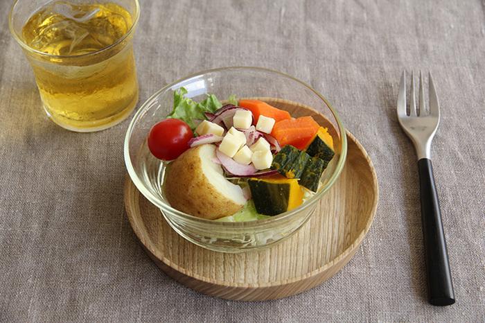 深皿の方がこんな風にサラダを入れても◎。小鉢の方はフルーツやデザートはもちろん、スティック野菜などを盛りつけても良さそうですね。