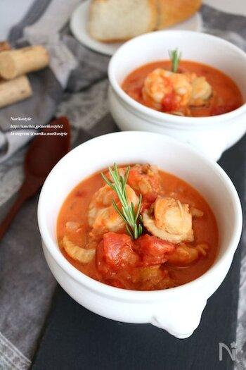 いつものトマト煮にココナッツミルクを加えると新鮮な味わいに。海老とほたて以外に肉や野菜で作っても◎。
