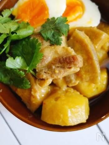 ココナッツのコクと豚の脂の相性が最高! 唐辛子を加えることで味が引き締まり、おかずにもおつまみにも抜群に合います。