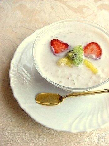 定番のタピオカミルクもおうちで作ることができます。彩りや食感をよくするためにフルーツを3種類合わせるのがポイントです。